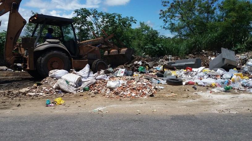 Prefeitura retira quase 50 toneladas de entulho em apenas uma rua