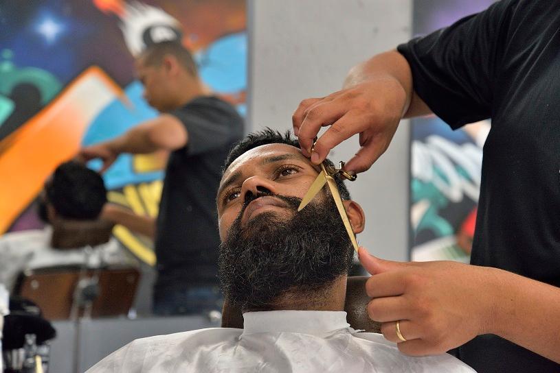 Secretaria de Trabalho convida homens para fazerem barba e cabelo de graça