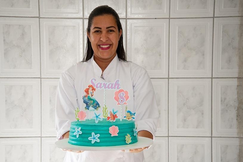 Sara atende encomendas e faz, em média, 6 bolos por semana