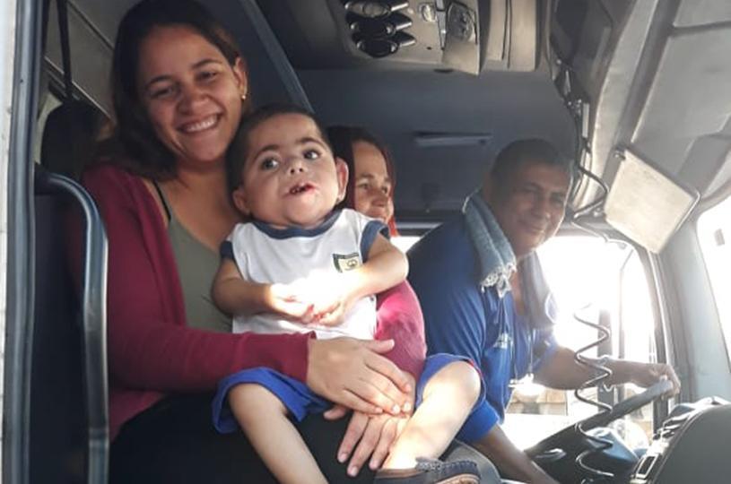 Gabriel, aluno público alvo da Educação Especial, passeia no caminhão do lixo da Serra e realiza sonho