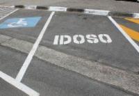 Idosos e pessoas com deficiência têm direito a estacionamento especial. Saiba como obter
