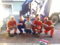 Criança pede caminhão de lixo de Natal e presenteia coletores de lixo da Serra