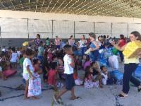 Crianças fazem festa e recebem presentes de Natal