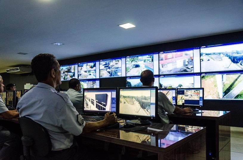 Guardas Municipais fazem treinamento na central de vídeo e flagram dois suspeitos de tráfico