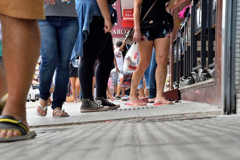 Procon da Serra fiscaliza comércio no Dia Livre de Impostos