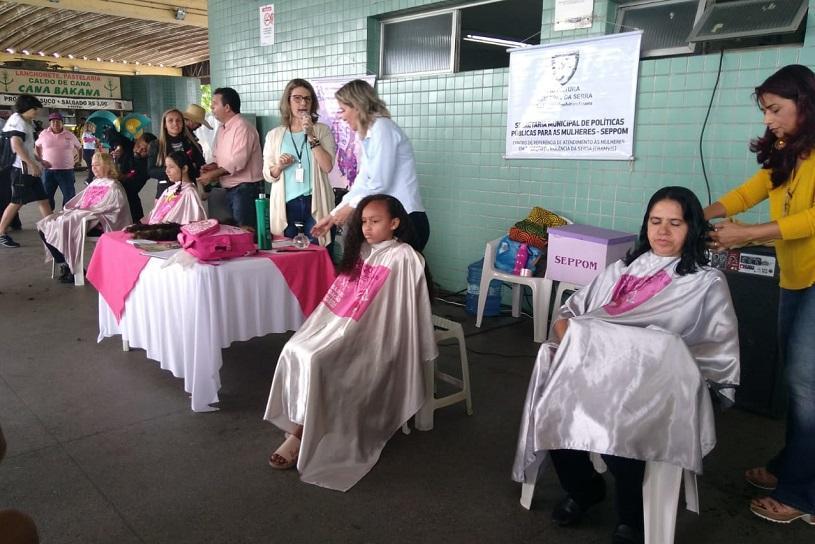 Mulheres em tratamento contra câncer ganham perucas nesta quarta