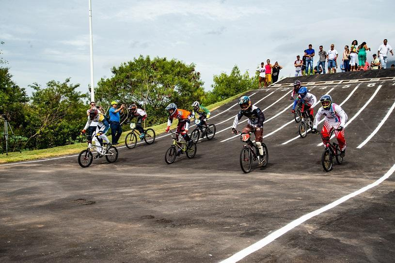 Treinos e corrida na pista de bicicross