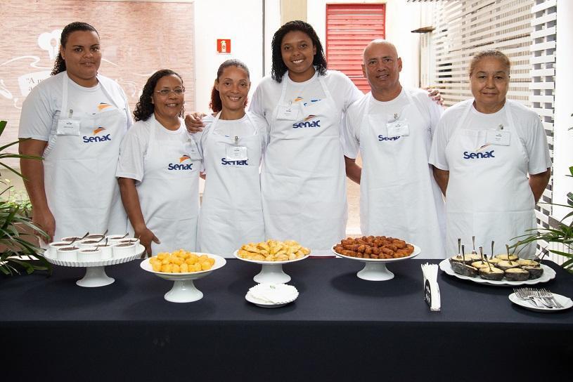 Após curso, venda de salgados já garante renda para moradores da Serra