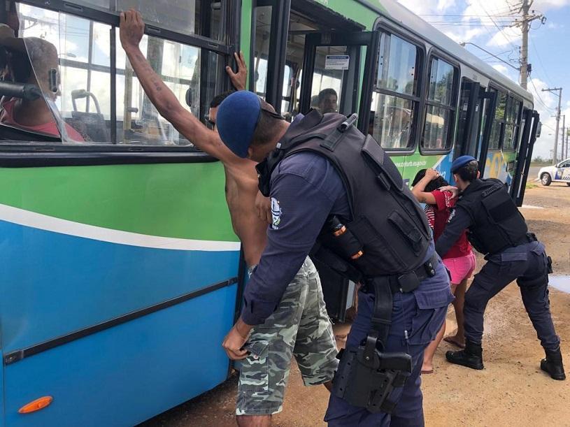 Guarda encontra canivete e cassetete durante abordagens a ônibus