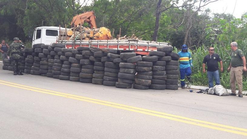 Mais de 200 pneus retirados de ponto viciado de entulho