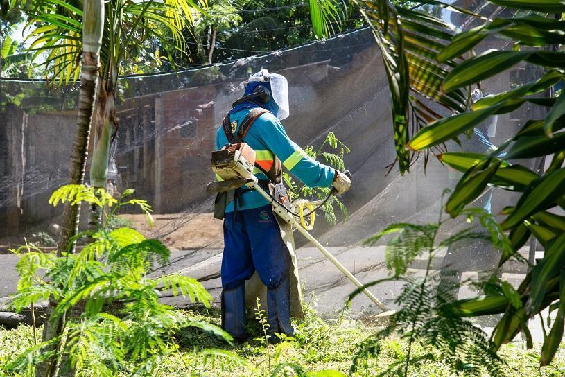 Força-tarefa das equipes de limpeza para o supermutirão contra a dengue