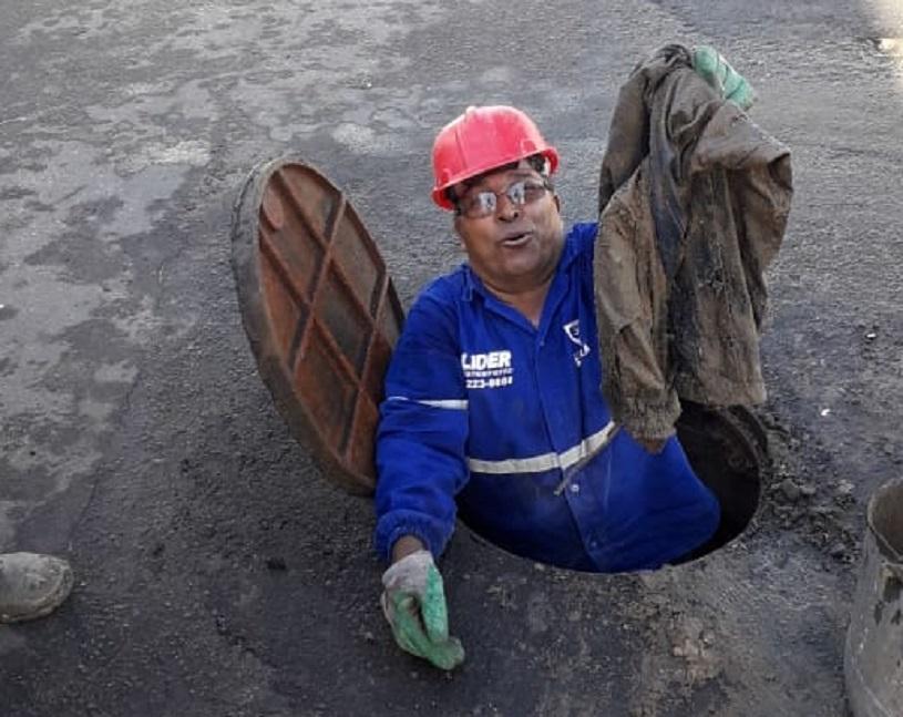 Entulho de construção e até roupas são retirados de bueiros na Serra