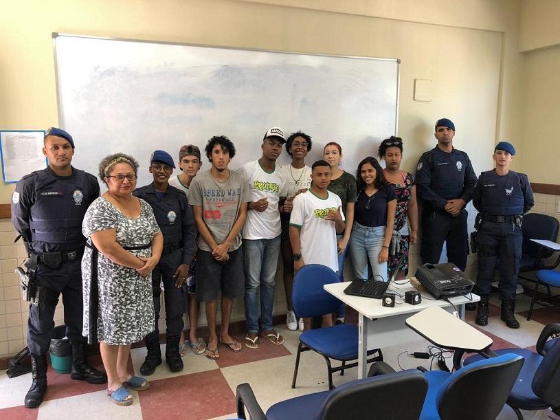 Guardas municipais participam de bate-papo com jovens de projeto social da Prefeitura