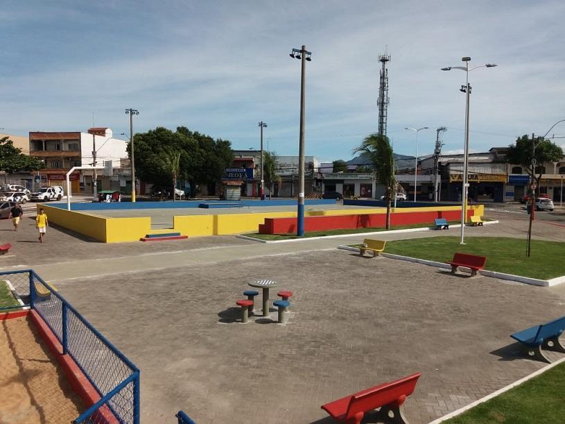 Prefeitura entrega nova praça em Feu Rosa