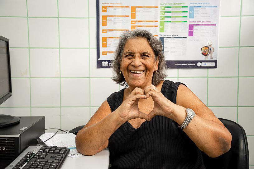 Servidora de 70 anos é exemplo de felicidade na unidade de José de Anchieta