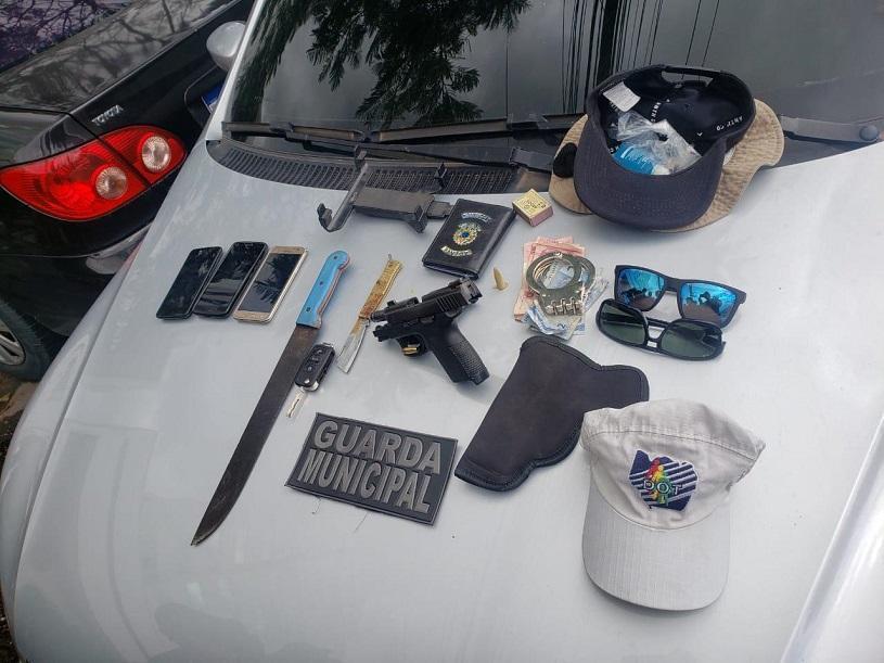 Guarda detém suspeitos com carro roubado, arma e até algema durante blitz
