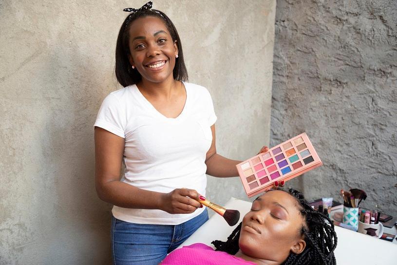 Da paixão à profissão: Marcela hoje é maquiadora com ajuda da Prefeitura da Serra