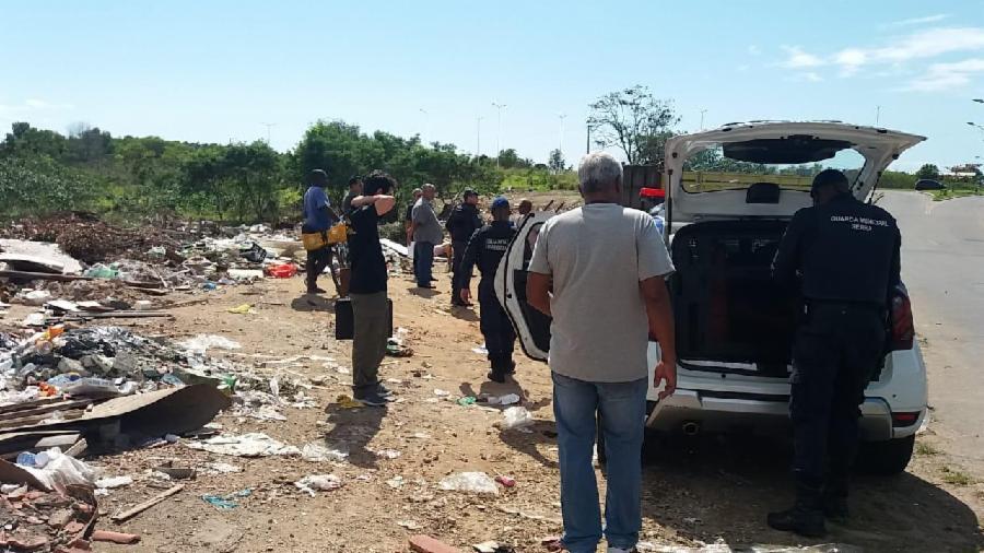 Homem flagrado jogando entulho é conduzido para delegacia na Serra