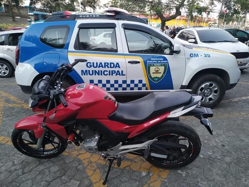 Guarda Civil Municipal recupera moto roubada durante patrulhamento em Serra-Sede