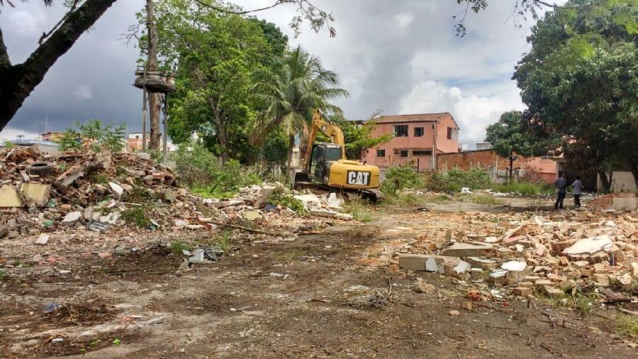 Prefeitura inicia demolição de imóveis abandonados em José de Anchieta