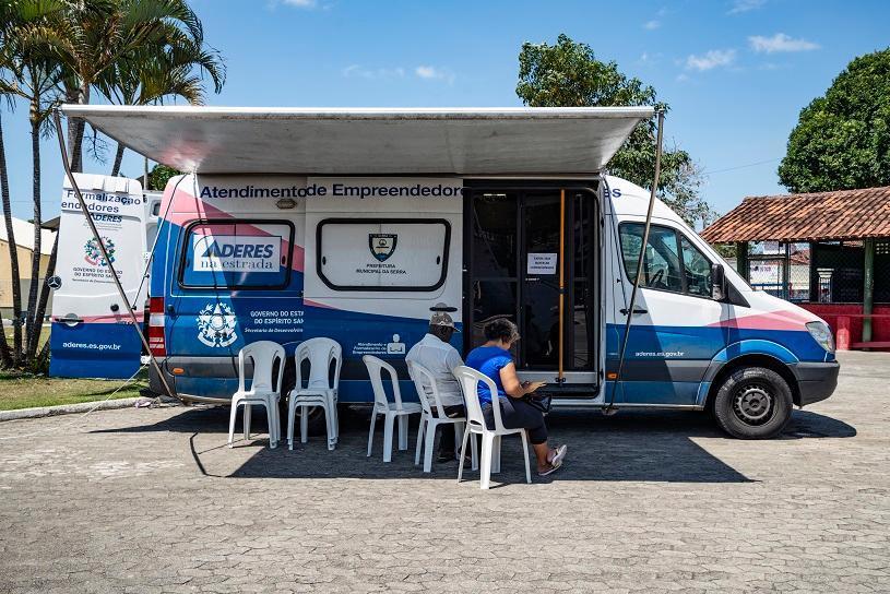 Na praça de Novo Horizonte, prefeitura ajuda morador a abrir empresa
