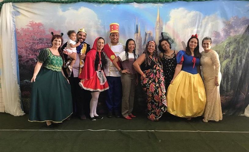 Diamágico com príncipes e princesas em creche da Serra