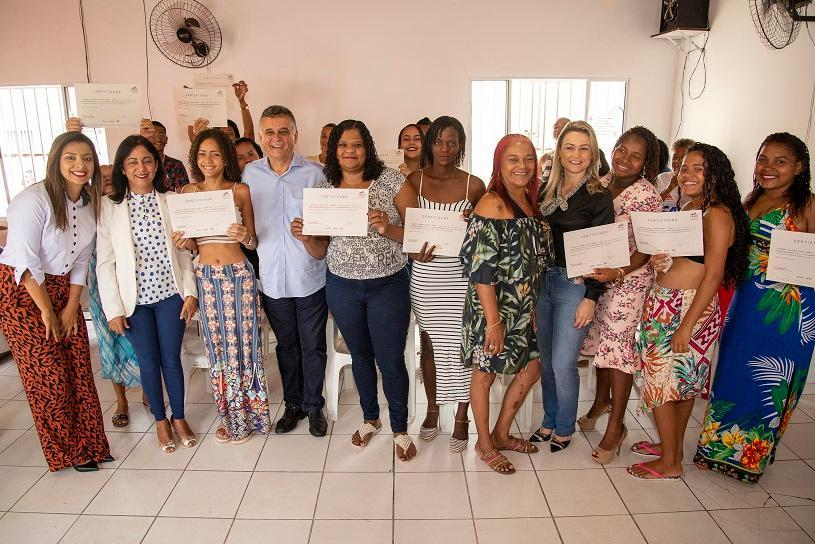 Moradoras de Ourimar recebem certificado de curso de qualificação