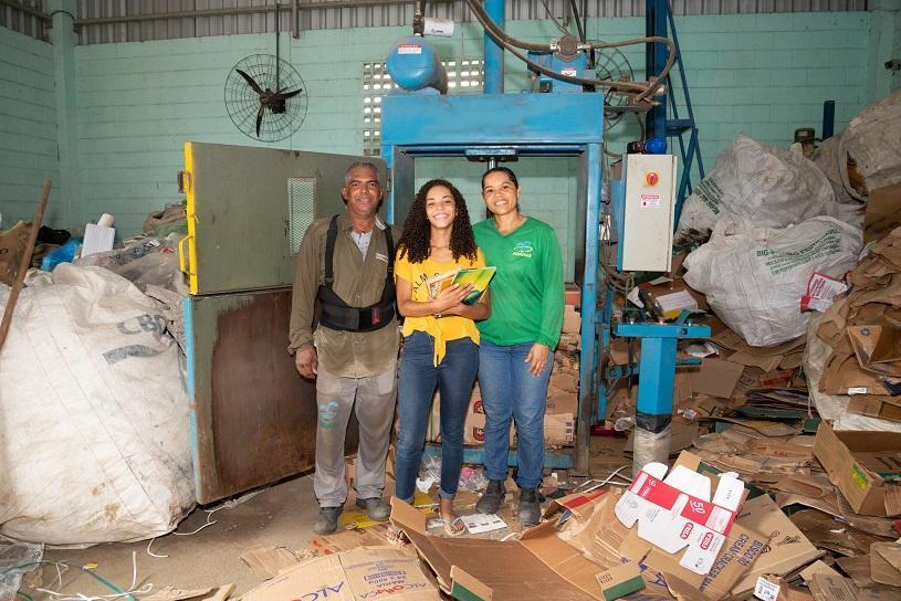 Filha de catadores de recicláveis conquista bolsa para estudar fora do país