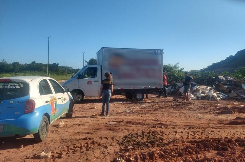 Fiscalização flagra motorista descartando entulho de forma irregular